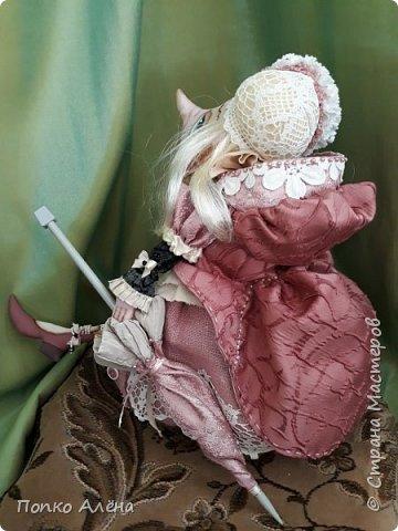 Здравствуйте, Мастера и Мастерицы! Представляю Вашему вниманию маю красавицу куколку Аленка!  Ростиком в 29 см, стоит и сидит самостоятельно. Голова подвижная, ручки и ножки сгибаются. Одежда полностью съемная: платье из хлопка; пышные панталончики из хлопка; трикотажные носочки; туфельки из кожзама. Волосы - шерсть, очень мягкие. Кукла держит в ручках спящего котенка. Текстильная кукла может быть игровой для ребенка при условии бережного обращения.  фото 30