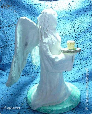"""Добрый вечер! Вот до вчерашнего утра делали вместе с Лерой """"Пасхального ангела""""... Вначале сделали подставку гипсовую, затем тело и голову, и руки из пластиковой бутылки литровой от аоса, из проволоки и фольги... Трикотажную ткань пропитывали гипсом и накладывали на фигуру, крылья также из проволоки и пропитанной гипсом ткани, но что-то пошло не так, гипс тонкий трескаться на крыльях стал и пришлось белыми салфетками проклеивать сверху... Лицо немного шпатлёвкой белой акриловой прошлись и шлифанули... Волосы тоже ткань в гипсе...Кулич из фольги и сверху тесто для лепки, как и яйца... Тарелка-блюдо  - это пластиковая крышка от ватных палочек, обклеенная белой салфеткой  и бортик вязанным крючком шнуром воздушными петлями... Кулич тоже покрыт акриловой шпатлёвкой... Подставка подкрасила зелёной краской... Фигуру покрыли лаком, крылья не успели, были влажноватыми... как всегда время поджимало...забыла добавить - рост фигуры 32см... фото 6"""
