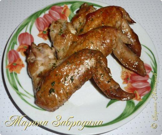 Попробуйте приготовить замечательные куриные крылышки в соево-имбирном соусе по этому рецепту, это очень легко и вкусно!   Состав: куриные крылышки - 10 шт, соевый соус - 100 мл, имбирь свежий - 20 г сахар - 1 столовая ложка, растительное масло - 50 мл, сушеный чеснок - 1, 5 ч. л (или свежий чеснок - 2 зубчика), свежемолотый перец 1 апельсин (выжать сок, можно также  натереть на терке цедру от его половины)