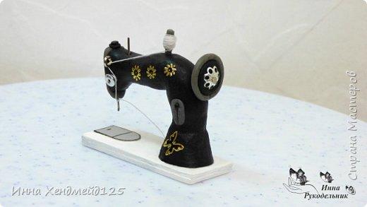 Продолжаю создавать кукольный мир своими руками. Для кукол сделала швейную машинку.  Она получилась такой милой) Как вы думаете, что ещё можно создать для кукольной мастерской?  Материал: полимерная глина. фото 7
