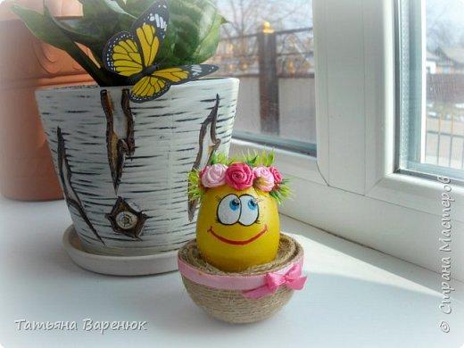 Случайно копаясь в детских игрушках я нашла пластмассовые контейнеры от большого яйца( киндер–сюрприза).Не долго думая, у нас началось волшебное перевоплощение=)  Буду рада если мои идеи кому-то пригодятся!   Радуйте своих близких! Подарочки,сделанные своими руками, всегда приносят большую радость, ведь в них вкладывается частичка души...Дарите радость ,радуйтесь сами, радуйте своих близких! И пусть в вашем доме будет как можно больше света!Творческого всем вдохновения и море идей!!!  фото 6