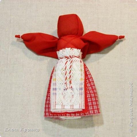 Продолжим наш марафон. Сегодня Вербное воскресенье - православный праздник. В этот день принято ходить в храм, отдыхать от работ. Кукла Пасха олицетворяет прихожанку спешащую к службе. В руках у нее веточка вербы и мешочек с солью, которые она несет в храм освятить. фото 13
