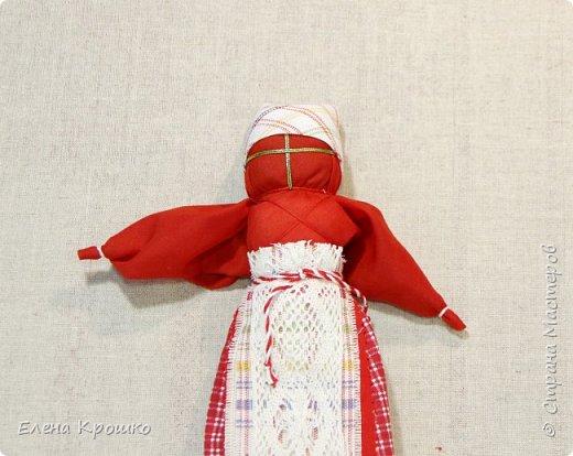 Продолжим наш марафон. Сегодня Вербное воскресенье - православный праздник. В этот день принято ходить в храм, отдыхать от работ. Кукла Пасха олицетворяет прихожанку спешащую к службе. В руках у нее веточка вербы и мешочек с солью, которые она несет в храм освятить. фото 16