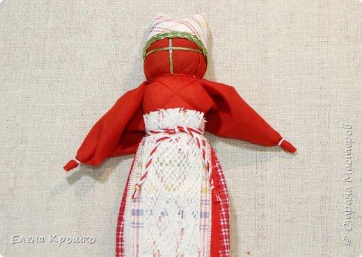 Продолжим наш марафон. Сегодня Вербное воскресенье - православный праздник. В этот день принято ходить в храм, отдыхать от работ. Кукла Пасха олицетворяет прихожанку спешащую к службе. В руках у нее веточка вербы и мешочек с солью, которые она несет в храм освятить. фото 18
