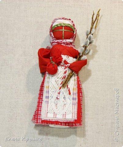 Продолжим наш марафон. Сегодня Вербное воскресенье - православный праздник. В этот день принято ходить в храм, отдыхать от работ. Кукла Пасха олицетворяет прихожанку спешащую к службе. В руках у нее веточка вербы и мешочек с солью, которые она несет в храм освятить. фото 1