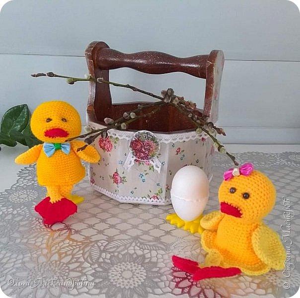 Еще раз здравствуйте, дорогие друзья и гости моей странички! Сегодня я  к вам с заключительной частью поделок  к Пасхе. Это лукошко для яиц к Пасхе и два утенка - грелки на яйцо. фото 2
