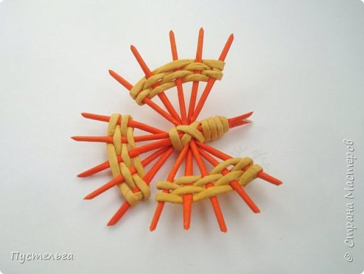 Весной народные мастера делают птичек из лыка, щепы, шпагата, ткани и ниток.  Говорят, что такие птички могут ускорить приход весны ))