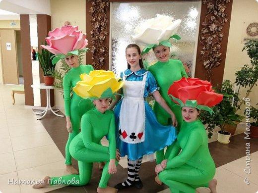 Совместная работа с дочерью- я шила платье, а она делала шапки в виде цветов фото 2