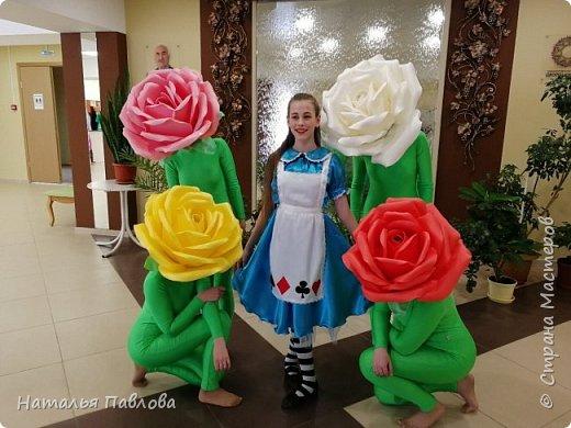 Совместная работа с дочерью- я шила платье, а она делала шапки в виде цветов