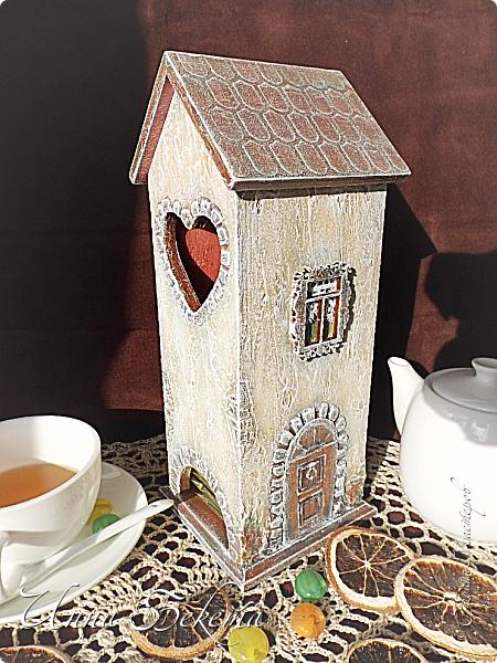 Доброго всем дня! Хочу показать домик для чайных пакетиков. Идею вынашивала давно, хотелось сделать настоящий старинный дом. Как получилось, судить вам))