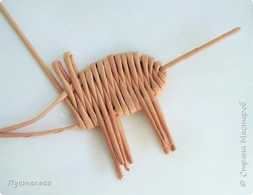 """Всего  семь месяцев осталось до Нового года - года свиньи! Скорей-скорей плетём поросёночка, его зовут Майк (родился в мае). Всего 8 трубочек. Трубочки из трети листа потребительской бумаги """"Кондопога"""". Спица 1,2 мм. фото 10"""