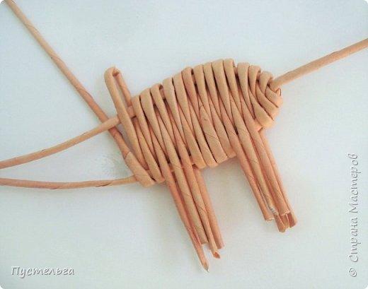 """Всего  семь месяцев осталось до Нового года - года свиньи! Скорей-скорей плетём поросёночка, его зовут Майк (родился в мае). Всего 8 трубочек. Трубочки из трети листа потребительской бумаги """"Кондопога"""". Спица 1,2 мм. фото 9"""