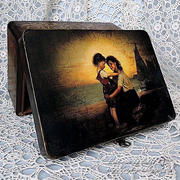 """Однажды я увидела картину немецкого художника Антона Диффенбаха (1831 - 1914) """"Дети рыбака"""". Запала мне она в душу и долго даже была заставкой на рабочем столе компьютера. Я увидела на ней двух маленьких девочек, сестер (мы тоже росли в семье вдвоем с сестрой), которые остались без мамы, папа их, рыбак, надолго уходит в море на небольшой шхуне со своими товарищами (вон там у берега виднеются паруса таких рыбацких лодочек), а девочки остаются дома одни, заботятся друг о друге и нежно любят друг друга."""