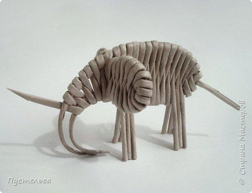 """Чем заняться в дождливый день? Сплести слонёнка! Всего 16 серых трубочек и одна белая для бивней. Трубочки из трети листа потребительской бумаги """"Кондопога"""". Спица 1,2 мм. фото 12"""