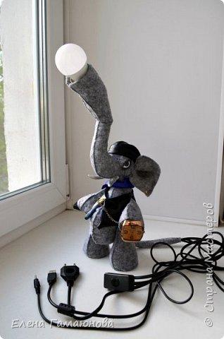 Слон-светильник  Хаатхии высотой около 40 см. Фетр. В хоботе лампа светодиодная (не нагревается) можно изменить  положение. USB удлинитель 2,0 (в руке), Удлинитель для наушников (во рту), часы кварцевые. Все, что необходимо на компьютерном столе.   фото 2