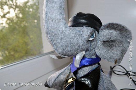 Слон-светильник  Хаатхии высотой около 40 см. Фетр. В хоботе лампа светодиодная (не нагревается) можно изменить  положение. USB удлинитель 2,0 (в руке), Удлинитель для наушников (во рту), часы кварцевые. Все, что необходимо на компьютерном столе.   фото 5
