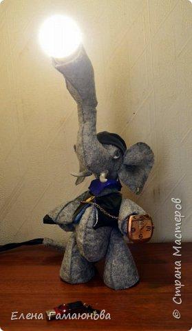 Слон-светильник  Хаатхии высотой около 40 см. Фетр. В хоботе лампа светодиодная (не нагревается) можно изменить  положение. USB удлинитель 2,0 (в руке), Удлинитель для наушников (во рту), часы кварцевые. Все, что необходимо на компьютерном столе.   фото 6
