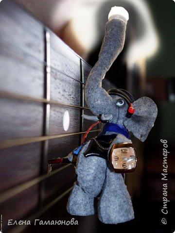 Слон-светильник  Хаатхии высотой около 40 см. Фетр. В хоботе лампа светодиодная (не нагревается) можно изменить  положение. USB удлинитель 2,0 (в руке), Удлинитель для наушников (во рту), часы кварцевые. Все, что необходимо на компьютерном столе.