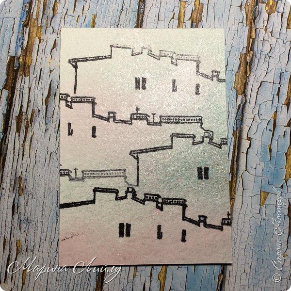 """Привет, привет! Небольшая серия карточек """"Крыши Питера"""". Сделала ее в рамках урока в школе Штампинга от Питерского Скрапклуба. Основа карточек акварельная умага, забрызганная спреями. После высыхания порезала на карточки и проштамповала всего 1 штампом. Так и получились мои Крыши Питера. Карточки свободны, к обмену предлагаю 2 любые карточки, третья останется жить дома.  фото 2"""