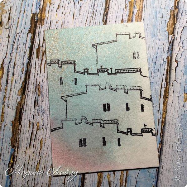 """Привет, привет! Небольшая серия карточек """"Крыши Питера"""". Сделала ее в рамках урока в школе Штампинга от Питерского Скрапклуба. Основа карточек акварельная умага, забрызганная спреями. После высыхания порезала на карточки и проштамповала всего 1 штампом. Так и получились мои Крыши Питера. Карточки свободны, к обмену предлагаю 2 любые карточки, третья останется жить дома.  фото 3"""