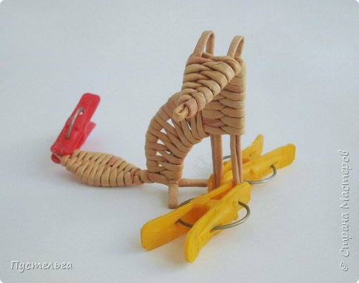 """Вот ещё один лесной житель - хитрый лис. Трубочки из потребительской бумаги """" Кондопога"""", полоса 7 см, спица 1,2 мм. Всего 13 трубочек. фото 16"""