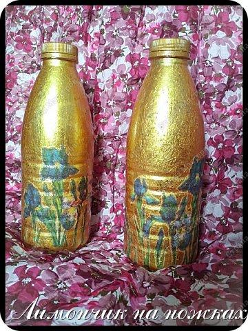 Пока у меня не так много цветов обитает. Но даже для них уже не хватает просто небольшой леечки, которой я раньше пользовалась. Да и для более удобной подкормки нужна пластиковая бутылка. Выглядит это, естественно, не очень эстетично. И вдруг, когда я увидела золотистую крышку на этой самой бутылке, меня осенила мысль! А что, если мне покрасить бутыль в тон крышке золотой краской, благо такая имеется, и потом украсить каким-нибудь красивым узором из имеющихся салфеток в технике декупаж! В общей сложности со всеми перерывами, оставлением на просушку, корректировкой и моей элементарной ленью работа заняла дня 3-4. Теперь у меня есть красивые бутылочки, в которых можно отстаивать воду для полива моих зелёных домашних любимцев ))))  Девчата, я, конечно, не хочу, чтобы меня зря захваливали, но очень вас прошу: если среди вас есть те, кто занимается декупажем более профессионально, не кидайте в меня тапками с помидорами, пожалуйста ))) Шедевр творить я не собиралась, а то, что получилось, мне очень нравится ))))