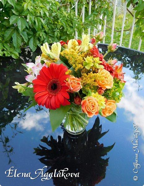 Добрый день! Этим летом я решила осуществить еще одну свою мечту - научится цветочному дизайну. Очень люблю цветы, травки-муравки, деревья и вообще все растения. Уже второй месяц я учусь создавать красоту! Решила поделиться с вами своими композициями и букетами. Первая-бутоньерка для торжественного случая  - прикалывается на одежду    фото 2
