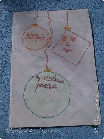 Здравствуйте, уважаемые соседи!!! Сделалось у меня еще пара открыток...Но создавая запись в блоге, выяснилось, что еще две открытки я не сфотографировала...Фотоаппарат лежит на работе, а открытки стоят дома на полочке...Но две я сегодня покажу и поделюсь с вами открытками моей дочери, которые она нам дарила на праздники, когда была еще маленькая и училась в начальных классах.Я их храню, как память о ней маленькой. А сейчас она уже, почти, взрослая, закончила 9 кл. и скоро станет студенткой.    Ну, смотрите. Вот такая сложилась открытка в фиолетовых тонах. Нашла в интернете набор бумаги и распечатала его, а потом собрала все в кучу. фото 21