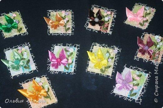 Всем добрый день или вечер!!! вот таких бабочек мы выпускаем Кристина сделала мне много бабочек из атласных ленточек и вот такие у нас получились карточки фотографировала на тёмном фоне чтобы можно было их разглядеть лучше так как должна почти всем получилось много карточек Вика . Викуля. Настя, Маша. Полина, Неля, Гульназ выбирайте если понравится, надеюсь никого не забыла кому должна карточки фото 1