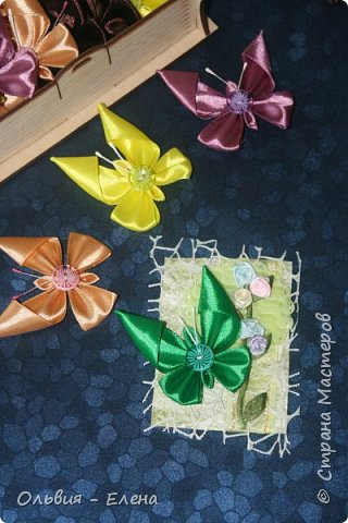 Всем добрый день или вечер!!! вот таких бабочек мы выпускаем Кристина сделала мне много бабочек из атласных ленточек и вот такие у нас получились карточки фотографировала на тёмном фоне чтобы можно было их разглядеть лучше так как должна почти всем получилось много карточек Вика . Викуля. Настя, Маша. Полина, Неля, Гульназ выбирайте если понравится, надеюсь никого не забыла кому должна карточки фото 3