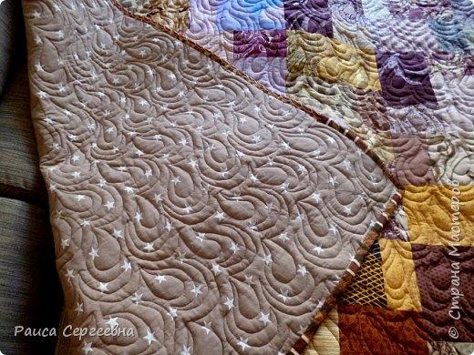 Здравствуйте, дорогие коллеги и сограждане Страны Мастеров. Долго я не появлялась, но без дела не сидела, копила лоскутки, да потихоньку шила. Сегодня хочу поделиться опытом стёжки довольно большого одеяла-пледа (180 на 240) на большой угловой диван для внука. Внук большой, диван большой, соответственно и плед большой. фото 3