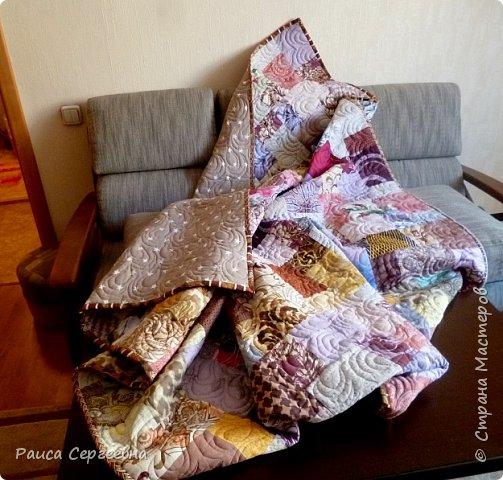 Здравствуйте, дорогие коллеги и сограждане Страны Мастеров. Долго я не появлялась, но без дела не сидела, копила лоскутки, да потихоньку шила. Сегодня хочу поделиться опытом стёжки довольно большого одеяла-пледа (180 на 240) на большой угловой диван для внука. Внук большой, диван большой, соответственно и плед большой. фото 1