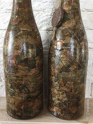 Доброго времени суток всем заглянувшим... Целых две пустых бутылки из под шампани,надо срочно что то с ними сделать. Первый раз попробовала имитацию камня глянцевыми кусочками...вещь!!! быстро, без заморочек, без напряга, всем советую!!!  фото 2