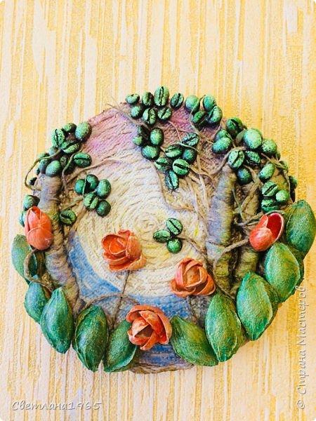Приветствую всех!Затеяла панно ,можно и магнитик сделать .Не понравилось... потом наклеила косточки от абрикоса-листики и цветы-фисташки(у Оли Шульц,и в инете видала),и разукрасила повеселее фото 7