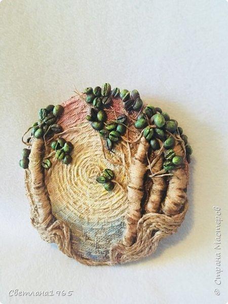 Приветствую всех!Затеяла панно ,можно и магнитик сделать .Не понравилось... потом наклеила косточки от абрикоса-листики и цветы-фисташки(у Оли Шульц,и в инете видала),и разукрасила повеселее фото 6
