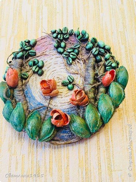 Приветствую всех!Затеяла панно ,можно и магнитик сделать .Не понравилось... потом наклеила косточки от абрикоса-листики и цветы-фисташки(у Оли Шульц,и в инете видала),и разукрасила повеселее фото 3