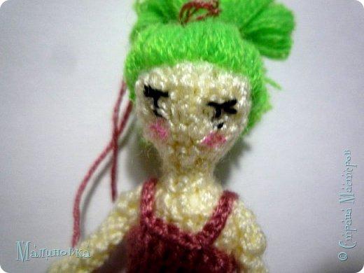 Всем добрый день! Хочу показать вам третью мою куколку в технике вязания.  Куколка высотой сантиметров семь, не считая прически. Платье на этот раз тоже связано.  фото 2