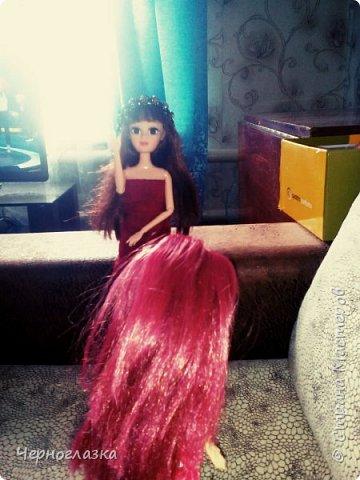Привет страна! Даааа давненько не было меня. Поэтому  исправляемся.Теперь про одежду Эбби. У неё красное платье самодельное. А головной убор это мой старый браслет. Упс! Что то я заболталась.Так что начнём. фото 6