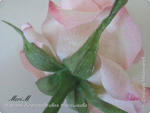 Роза сделана из зефирного фоамирана, стебель - из глины.  фото 11