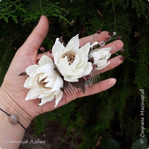 Гребень с цветами из фоамирана, дополнен хрустальными бусинами. Отлично завершает образ.