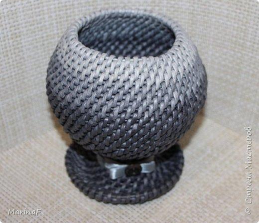 Добрый день! Хочу показать свою работу в понравившейся мне технике плетения. Это ваза для хранения пуговиц. Трубочки покрашены морилкой эбеновое дерево.  фото 1