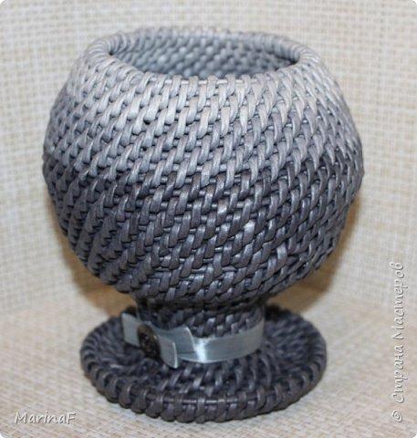 Добрый день! Хочу показать свою работу в понравившейся мне технике плетения. Это ваза для хранения пуговиц. Трубочки покрашены морилкой эбеновое дерево.  фото 2