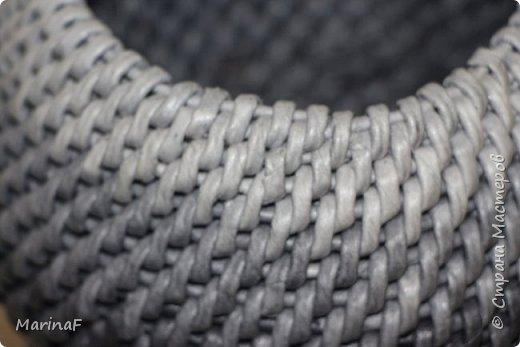 Добрый день! Хочу показать свою работу в понравившейся мне технике плетения. Это ваза для хранения пуговиц. Трубочки покрашены морилкой эбеновое дерево.  фото 3