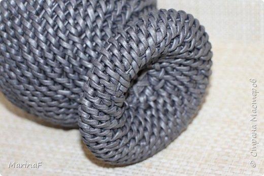Добрый день! Хочу показать свою работу в понравившейся мне технике плетения. Это ваза для хранения пуговиц. Трубочки покрашены морилкой эбеновое дерево.  фото 5