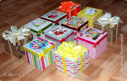 Здравствуйте!!!! Почти 2 недели занималась коробочками,очень мне понравилось их делать,приготовила в подарки на дни рождения,некоторые уже подарены.  Использовала: акварельная бумага(основа),скрапбумага(кстати,случайно увидела наборы в ФиксПрайсе,взяла на пробу - хорошая бумага по такой очень доступной цене!),офисная цветная бумага(распечатывала пожелания,делала цветы),фотобумага(картинки из инета),ленты(самодельные розы в корзиночках и банты на коробочках),искусственная зелень (в корзиночках),сизаль,различные наклейки для декора(шарики воздушные,бантики..) фото 15