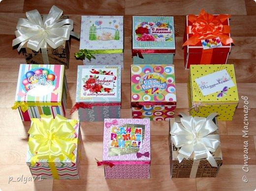 Здравствуйте!!!! Почти 2 недели занималась коробочками,очень мне понравилось их делать,приготовила в подарки на дни рождения,некоторые уже подарены.  Использовала: акварельная бумага(основа),скрапбумага(кстати,случайно увидела наборы в ФиксПрайсе,взяла на пробу - хорошая бумага по такой очень доступной цене!),офисная цветная бумага(распечатывала пожелания,делала цветы),фотобумага(картинки из инета),ленты(самодельные розы в корзиночках и банты на коробочках),искусственная зелень (в корзиночках),сизаль,различные наклейки для декора(шарики воздушные,бантики..) фото 1