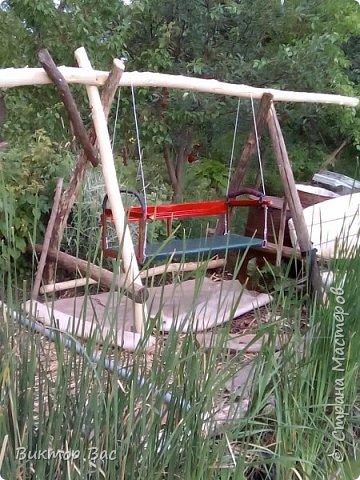 Эти качели на даче я смастерил из палок, а скрепил их металлическими шпильками, саму качели подвесил на тросике. фото 1