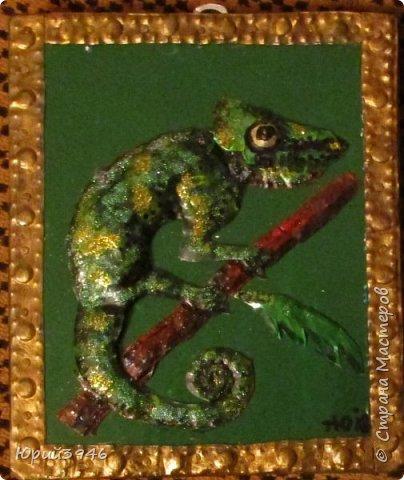 Хамелеон. 14х16 см  Основа панно - древесно-стружечная плита. Обрамление - металлическая полоса, чеканка. Хамелеон и остальные детали - жесть, чеканка. Декорирование - акриловая краска, глиттер.