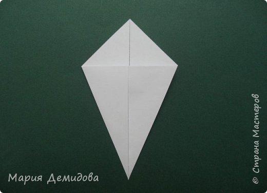 """Здравствуйте, жители Страны! Для тех, кто любит оригами предлагаю сделать ромашку в этой технике. 8 июля страна отмечает один из молодых праздников - День Семьи, Любви и Верности, покровителями которого являются святые Петр и Феврония Муромские. Символ этого праздника - ромашка или, как уже дали название - """"февронька"""" - наш ответ """"валентинке"""". Для работы Вам потребуется: 16 квадратиков белого цвета 9х9 см, 16 желтого 7х7 см, клей, ножницы, кусочек картона, карандаш простой, полубусина, фигурный дырокол """"Ромашка"""". фото 2"""
