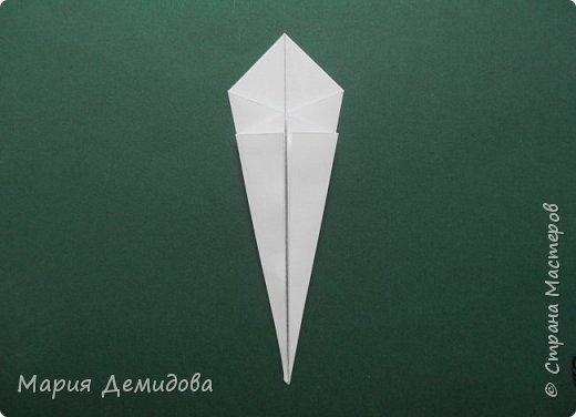 """Здравствуйте, жители Страны! Для тех, кто любит оригами предлагаю сделать ромашку в этой технике. 8 июля страна отмечает один из молодых праздников - День Семьи, Любви и Верности, покровителями которого являются святые Петр и Феврония Муромские. Символ этого праздника - ромашка или, как уже дали название - """"февронька"""" - наш ответ """"валентинке"""". Для работы Вам потребуется: 16 квадратиков белого цвета 9х9 см, 16 желтого 7х7 см, клей, ножницы, кусочек картона, карандаш простой, полубусина, фигурный дырокол """"Ромашка"""". фото 8"""